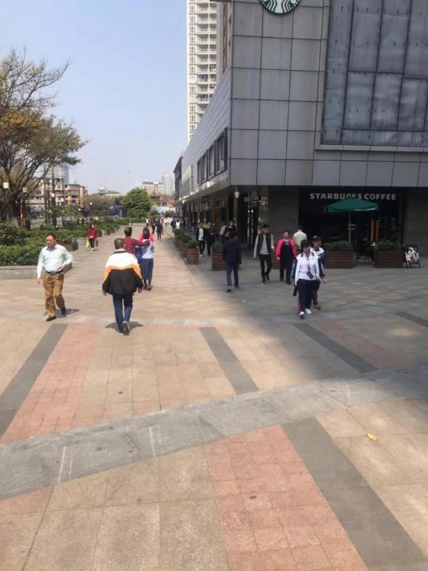 市二宫地铁站口临街饮品店急转