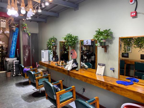 临街小区门口经营两年美发店诚心转让